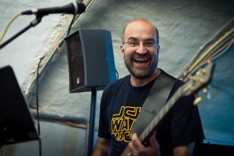 Klaus am Bass ist zuständig für die tiefen Töne